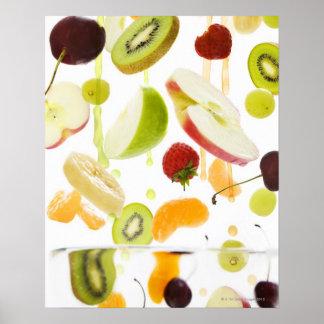 Fruta mezclada fresca con la manzana y el zumo de  impresiones