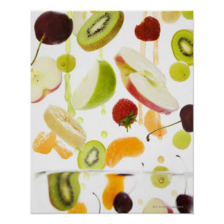Fruta mezclada fresca con la manzana y el zumo de  póster