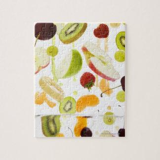 Fruta mezclada fresca con la manzana y el zumo de  puzzle