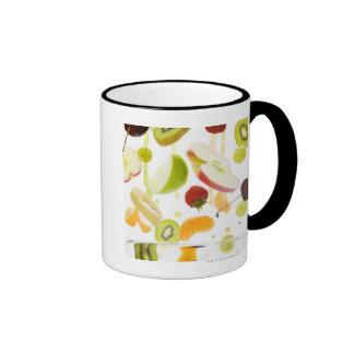 Fruta mezclada fresca con la manzana y el zumo de taza de dos colores