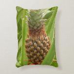 Fruta tropical de la piña salvaje en naturaleza cojín decorativo