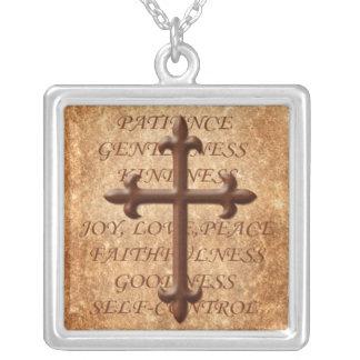 Frutas cristianas del collar de la cruz del hierro