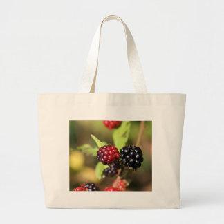 Frutas rojas y negras de la zarzamora bolsa tela grande