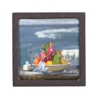 Frutas tropicales por el océano en la tabla caja de recuerdo de calidad