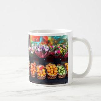 Frutas y flores taza clásica