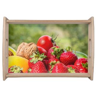 Frutas y verduras que sirven la bandeja
