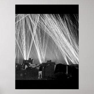 Fuego Ack-Ack durante una imagen raid_War del aire Póster