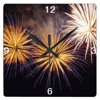 Fuego artificial de la celebración reloj cuadrado