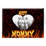 Fuego caliente de la mamá y corazón de mármol rojo felicitación