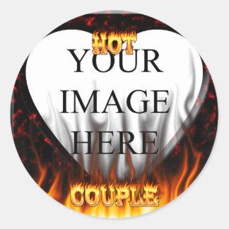 Fuego caliente de los pares y corazón de mármol pegatina redonda
