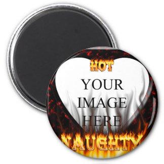 Fuego caliente y travieso y corazón de mármol rojo imán redondo 5 cm
