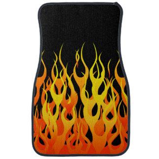 Fuego clásico de las llamas que compite con en alfombrilla de auto