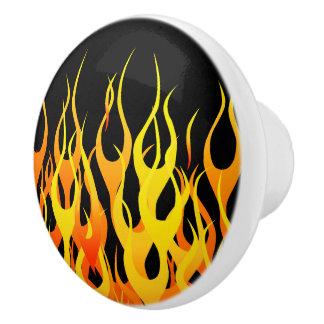 Fuego clásico de las llamas que compite con en pomo de cerámica