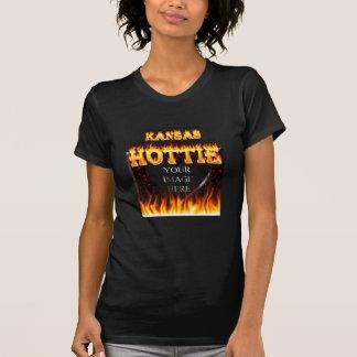 Fuego de Kansas Hottie y corazón de mármol rojo Playera