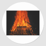 Fuego de mimbre pegatina redonda