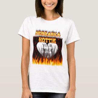 Fuego de Nebraska Hottie y corazón de mármol rojo Playera
