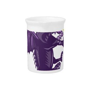 Fuego del dragón que sostiene retro aislada jarras para bebida