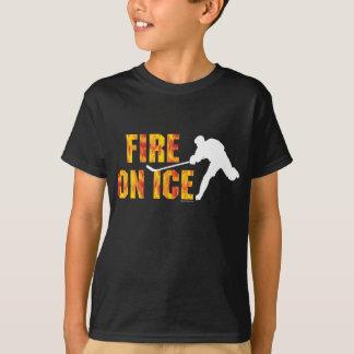 Fuego del hockey en el hielo playera