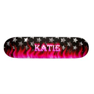 Fuego del rosa del monopatín de Katie y diseño de  Patines Personalizados