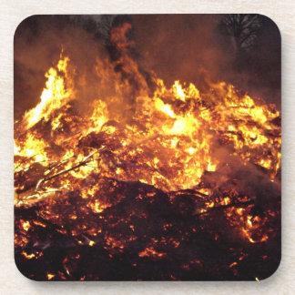 Fuego en bosque posavasos de bebidas
