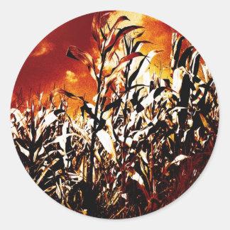 Fuego en el campo de maíz etiqueta redonda