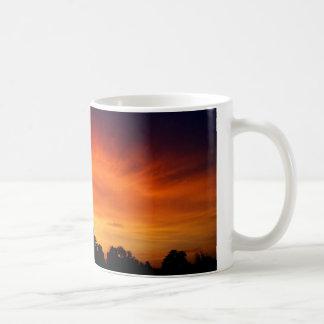 Fuego en el cielo - puesta del sol asombrosa taza
