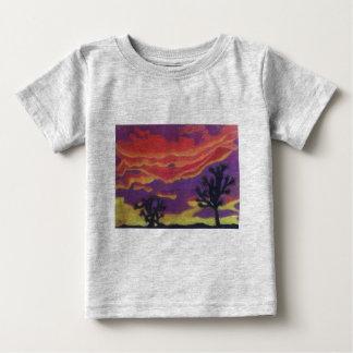 Fuego en la camiseta del bebé del cielo playera para bebé
