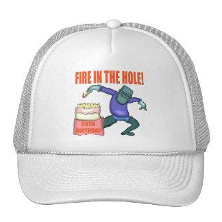 Fuego en los 55.os regalos de cumpleaños del aguje gorro