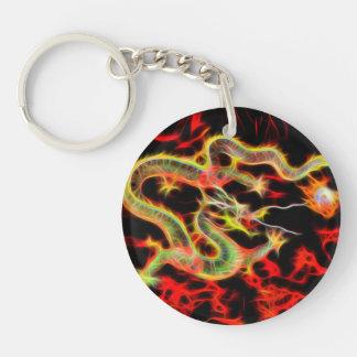 Fuego impresionante del dragón en energía llavero redondo acrílico a doble cara