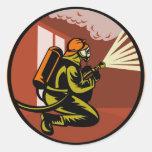fuego que lucha del bombero del bombero retro etiqueta redonda
