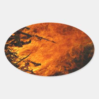 Fuego que rabia pegatina ovalada