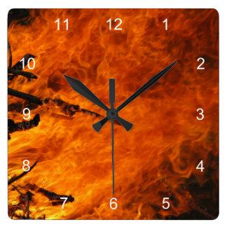 Fuego que rabia reloj cuadrado