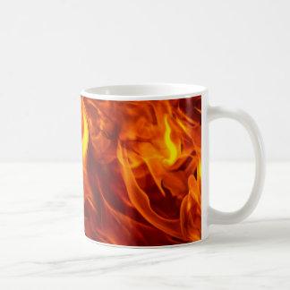 Fuego y llamas que queman el artículo ardiente del tazas de café