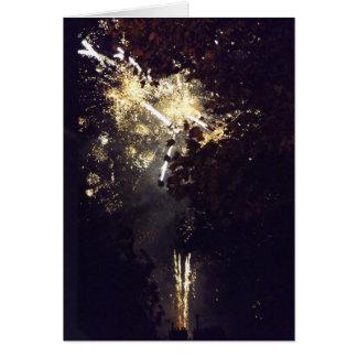 Fuegos artificiales a través de los árboles tarjeta de felicitación