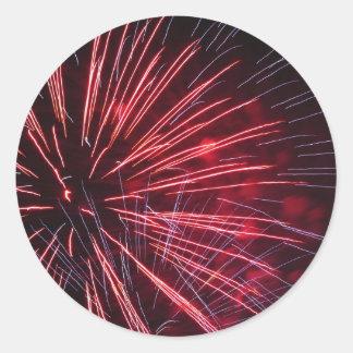 Fuegos artificiales coloridos de diversos colores pegatina redonda