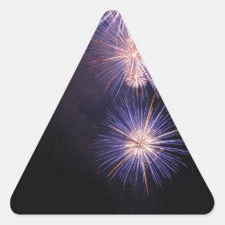 Fuegos artificiales coloridos de diversos colores pegatina triangular