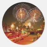 Fuegos artificiales coloridos en Noche Vieja Etiqueta Redonda