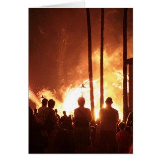 fuegos artificiales con la sombra constructiva de tarjeta de felicitación