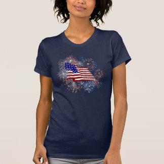 Fuegos artificiales de la bandera americana del playera