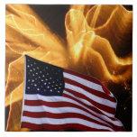Fuegos artificiales de la bandera americana y del  azulejos cerámicos