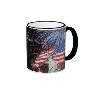 Fuegos artificiales de la bandera americana y taza de dos colores