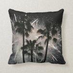 Fuegos artificiales detrás de las palmeras almohada