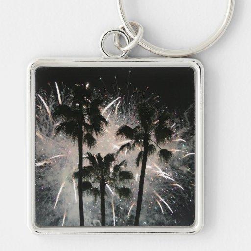 Fuegos artificiales detrás de las palmeras llavero cuadrado plateado