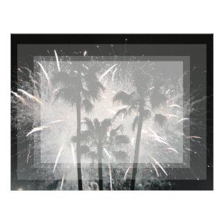 Fuegos artificiales detrás de las palmeras plantilla de membrete
