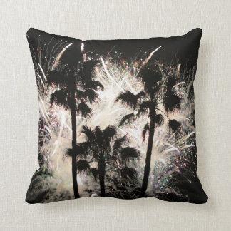fuegos artificiales en la palma trees.jpg cojín decorativo