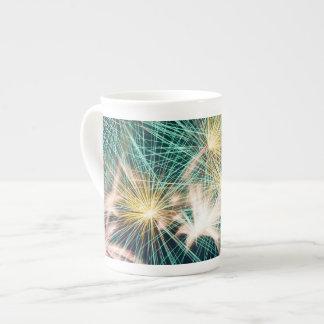 Fuegos artificiales plumosos taza de porcelana