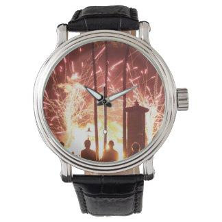fuegos artificiales que chispean árboles de la relojes