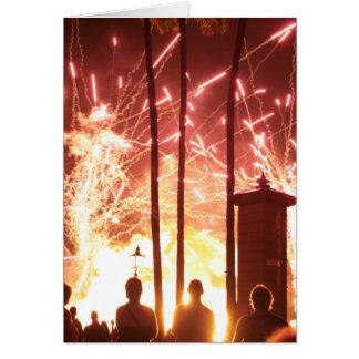 fuegos artificiales que chispean árboles de la tarjeta de felicitación