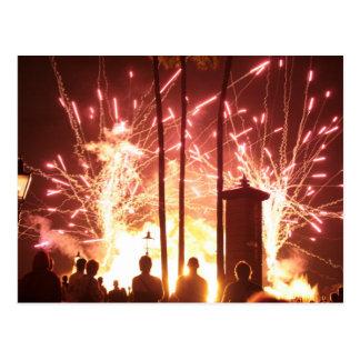 fuegos artificiales que chispean árboles de la tarjeta postal