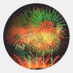 Fuegos artificiales que se encienden encima del etiqueta redonda